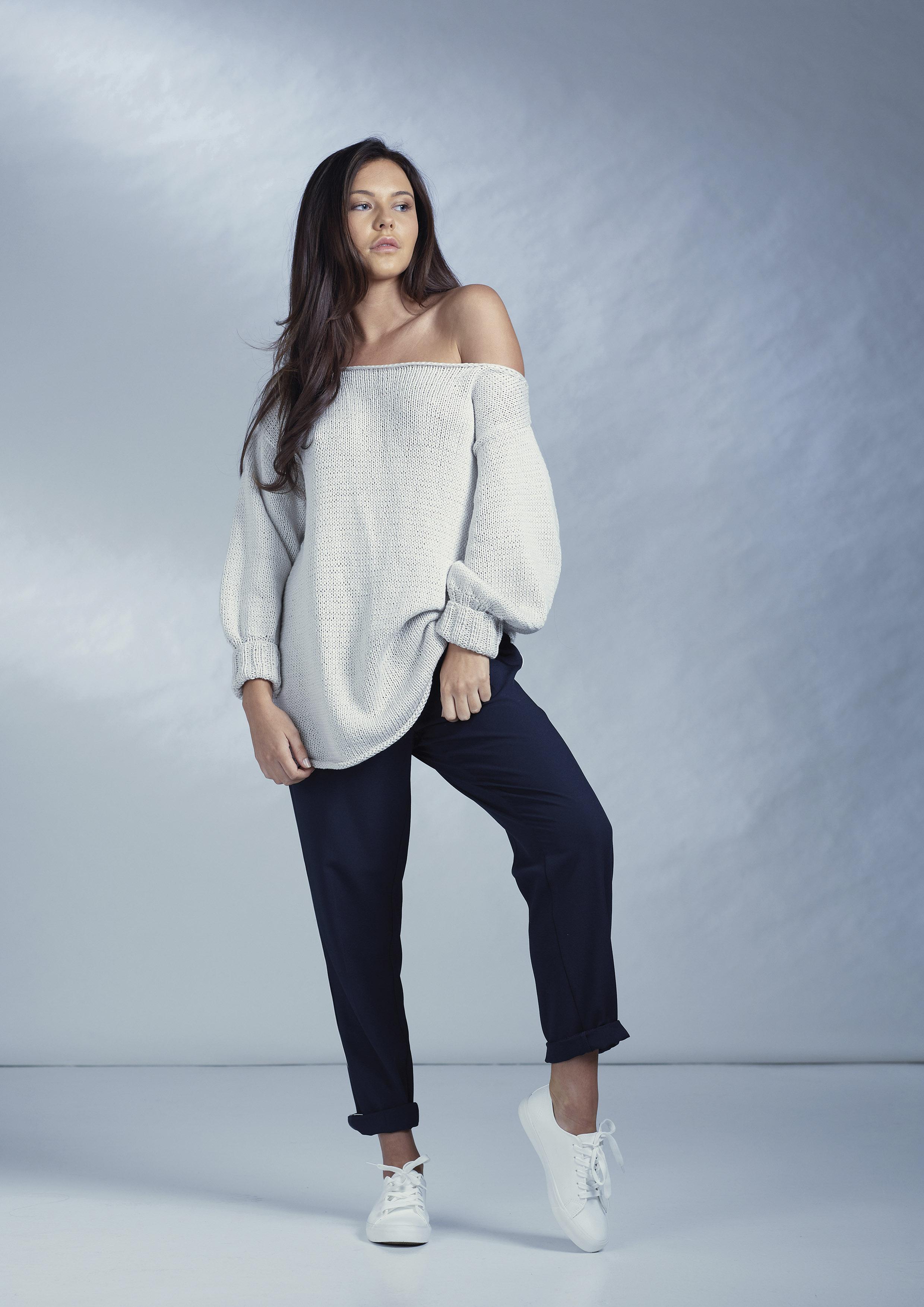 свитер со спущенным плечом от Quail Studio вяжиру