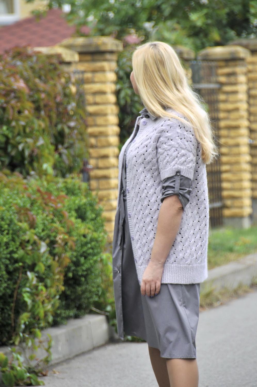 Жакет со спущенным плечом спицами с посадкой по фигуре