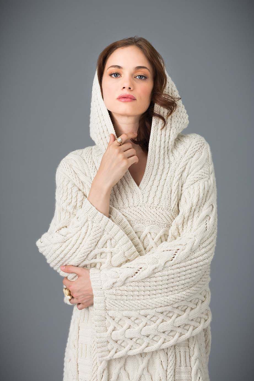Пуловер с капюшоном женский