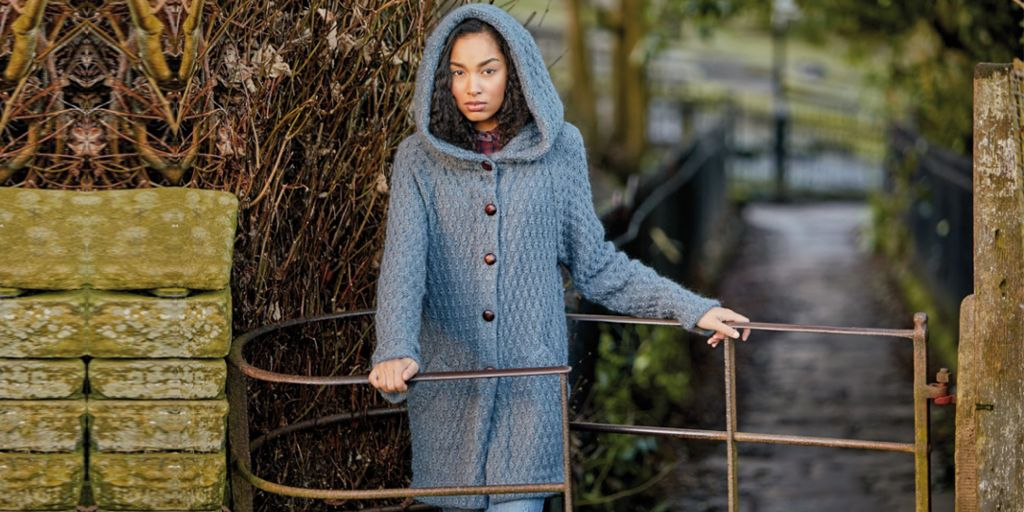 красивой женщины пальто вязаные с капюшоном модели фото наши