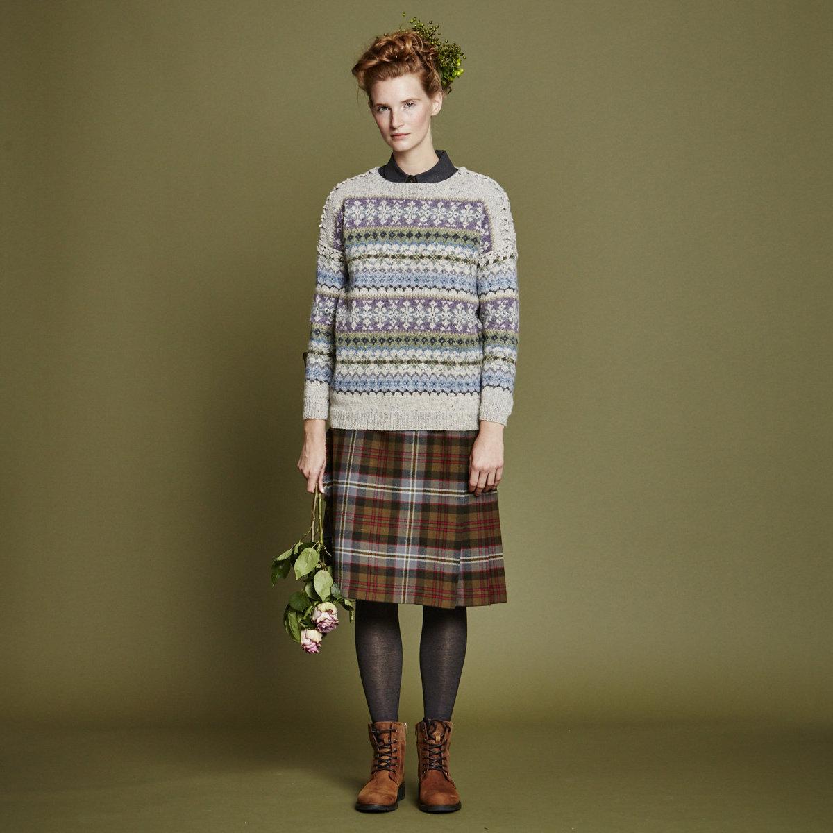 Короткий пуловер спицами Miyagi узором с косами и ажуром от дизайнера Мартина Стори