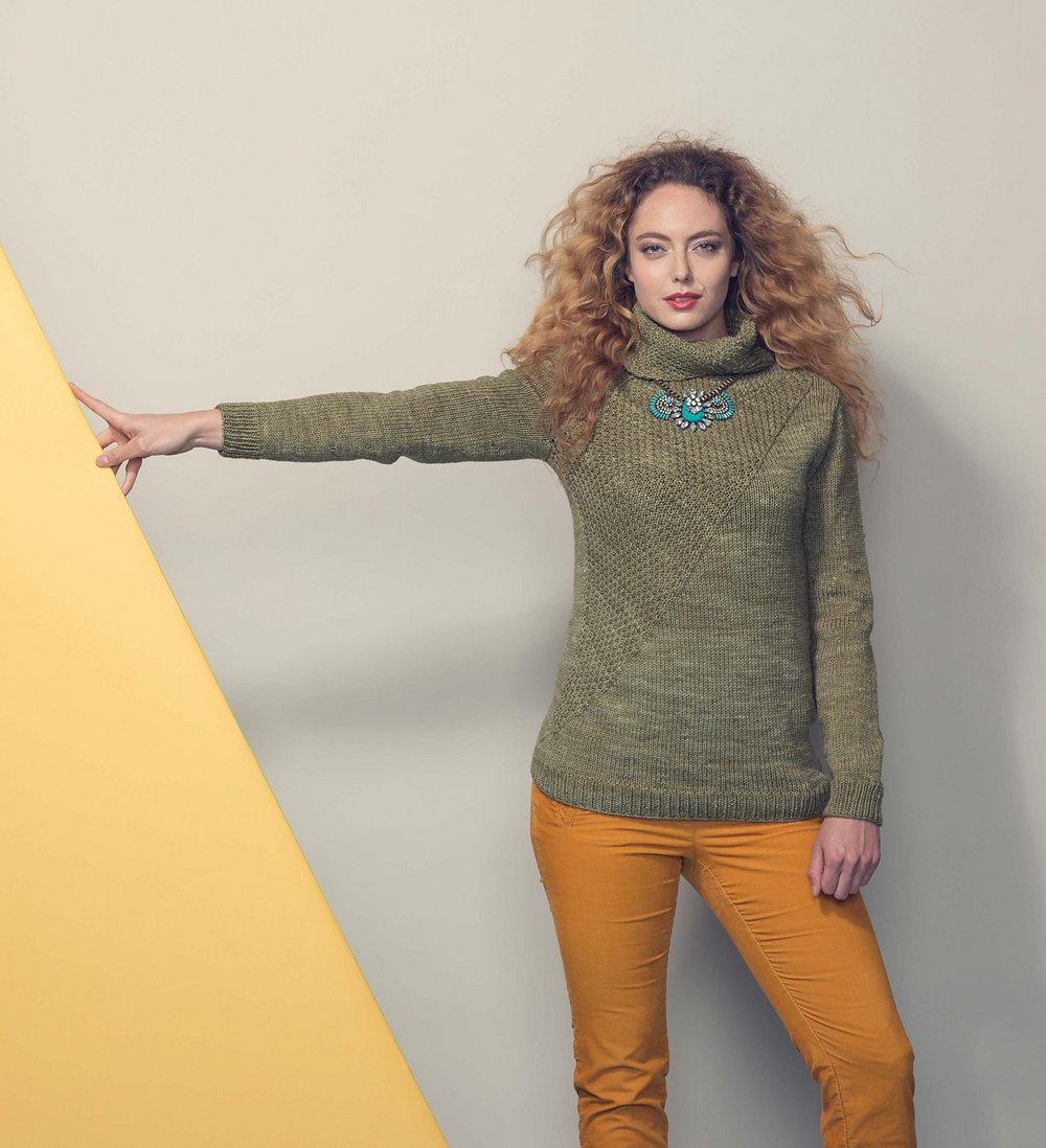 Удобный пуловер с V-вырезом горловины и панелью кос