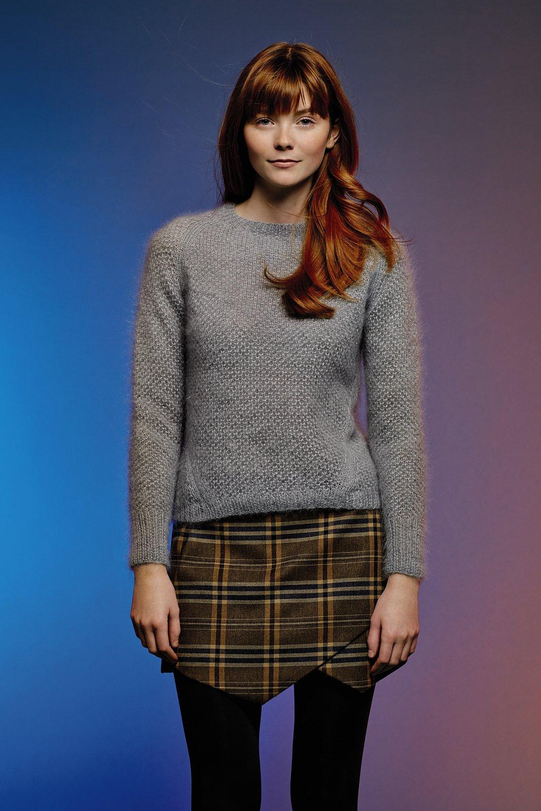 Мохеровый пуловер спицами текстурным узором