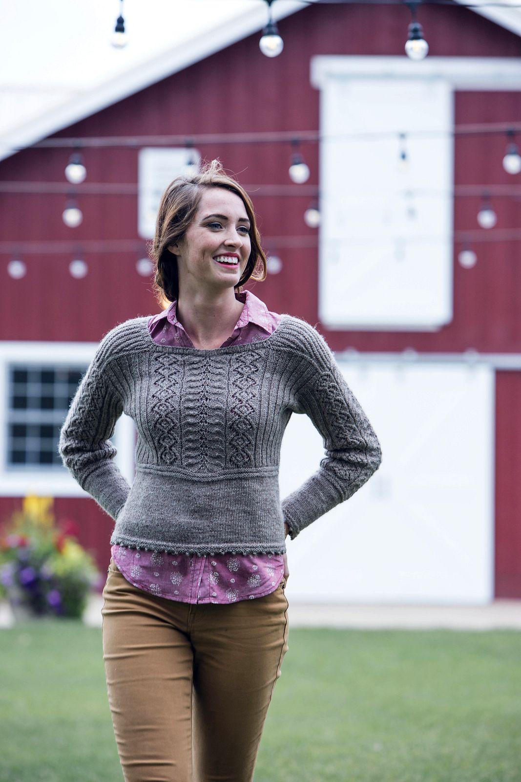 Укороченный пуловер с ажурным узором