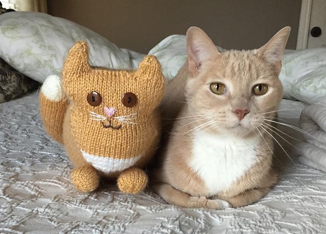 вязаный спицами кот Parlor Cat вяжиру