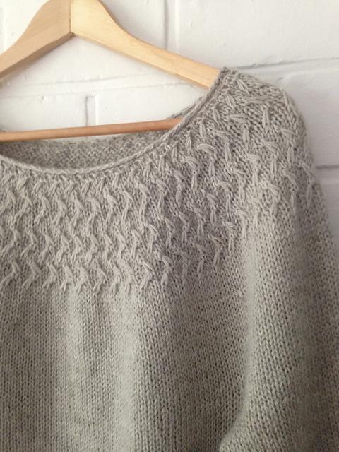 Рельефный пуловер с шахматной кокеткой