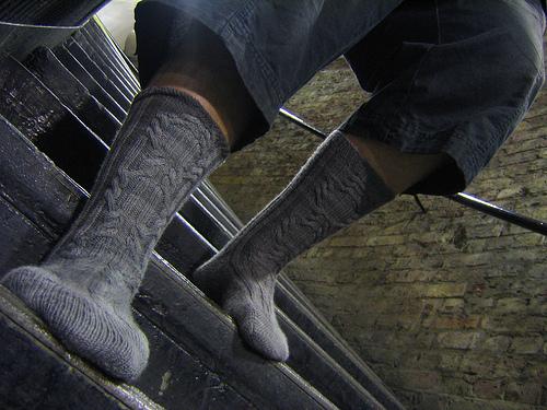 Вязаные мужские носки с косами
