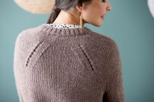 Пуловер спицами Shifted Eyelet