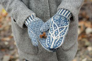 Манжеты варежек отделены латвийской косичкой, вязанной спицами
