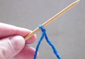 Выполнить слепой узел и поместить его на спицу