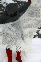 Ажурная шаль с цветами спицами