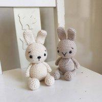 Вязаные игрушки крючком - зайчики