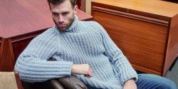Мужской свитер спицами с воротником