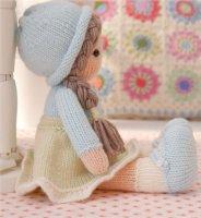 Вязаная спицами кукла в голубой шапочке, туфельках и блузке
