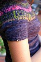 Кокетка пуловера связана жаккардом без швов вкруговую
