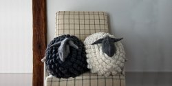 Вязаная спицами подушка овечка