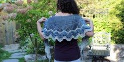 Двухцветная шаль спицами
