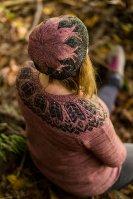 Вязание необычной шапки спицами