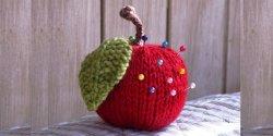 Игольница своими руками - вязаная спицами в форме яблока