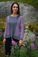 Женский пуловер вяжется в нетрадиционной манере