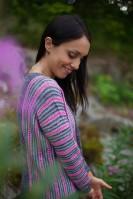 Пуловер оверсайз серого цвета с неоновым розовым для контраста