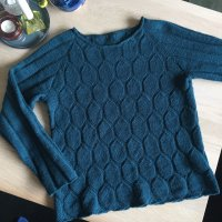 Пуловер бокси вяжется спицами без швов