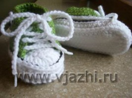 Шнурки кед закрепляются по время вязания, чтобы малыш не вынул их